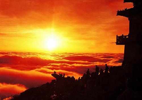 泰山 又称岱山、岱宗、岱岳、东岳、泰岳等。名称之多,实为全国名山之冠。春秋时改称泰山。泰山之称最早见于《诗经》,泰意为极大、通畅、安宁。《五经通义》云:宗,长也,言为群岳之长。泰山突兀的立于华北大平原边上的齐鲁古国,同衡山、恒山、华山、嵩山合称五岳,因地处东部,故称东岳。